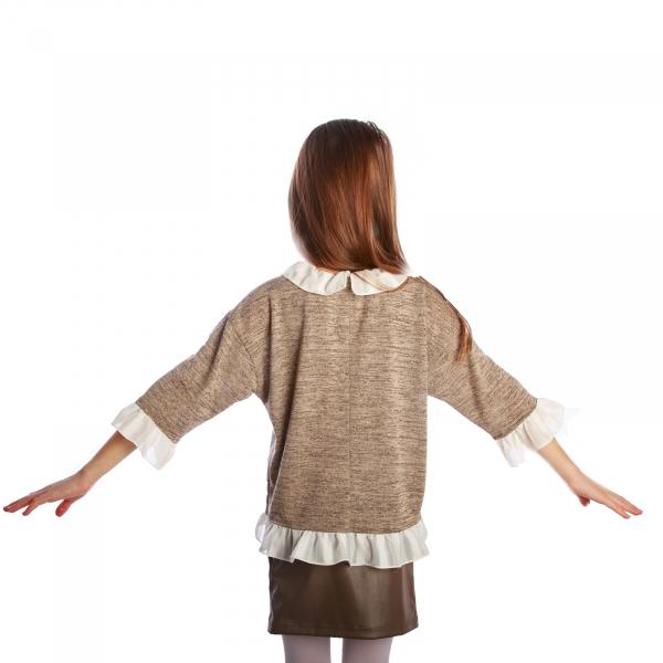 Bluză trendy cu fason lejer și mâneci 3/4. La capetele mânecilor, la gât și la bata inferioară, bluza are volane albe. Se inchide la spate cu un nasture.  Aceasta poate fi asortată cu o fustă simplă sau o pereche de pantaloni/blugi și fetița dumneavoastră poate merge la un film cu prietenele sau pur și simplu la joacă. 4