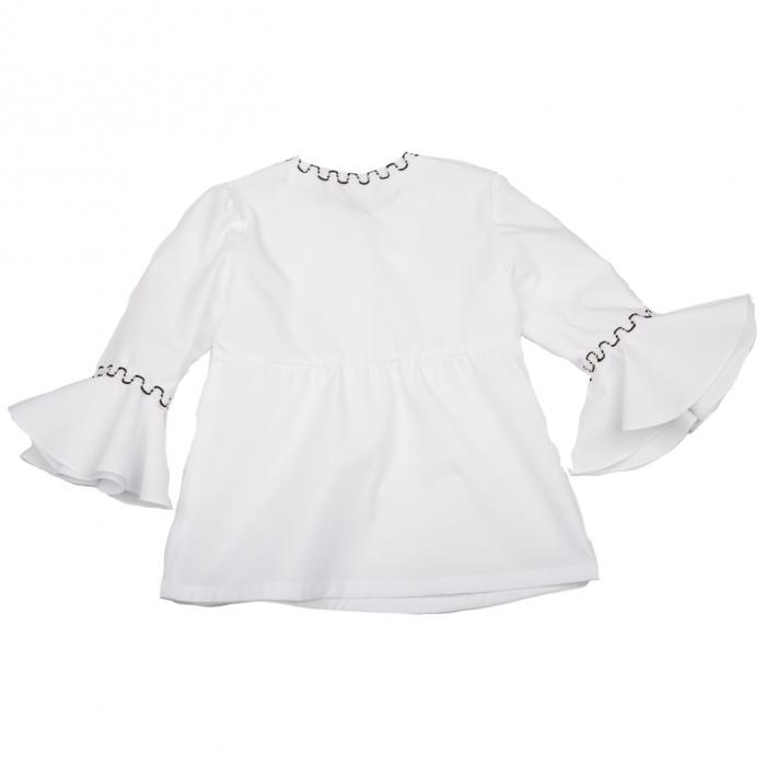 Bluză din poplin (bumbac 100%) cu mâneci 3/4, ce au la bază un volan amplu. Închiderea se face în față cu nasturi. Pe mâneci și la baza gâtului are aplicată o bandă decorativă în alb și negru.  POPLINUL este o țesătură de bumbac mercerizat, cu fire de urzeală subțiri, netedă și foarte fină folosită pentru confecționarea cămășilor. 1