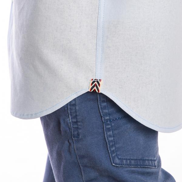 Cămașă creată dintr-un material pastelat, fin, foarte plăcut la purtat. Gulerul scurt, tip tunică ii conferă un aspect modern, putând fi purtată cu o pereche de blugi si pantofi sport. De asemenea, poate fi asortată cu un sacou casual, un cardigan sau o jacheta.  PERCÁLUL este o țesătură de bumbac deasă, subțire, netedă și foarte fină folosită pentru confecționarea cămășilor. 2