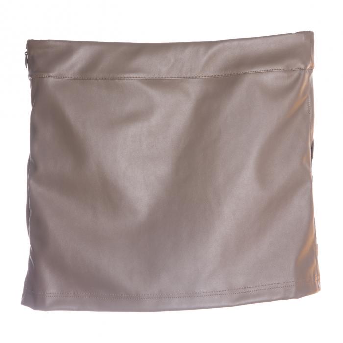 Fustă are un design modern cu buzunare laterale și pliuri in partea din față. Închiderea se face cu ajutorul unui fermoar lateral ascuns.  Pentru a modela un look deosebit, îți recomandăm să o combini cu bluze vaporoase în contraste de culoare. 1