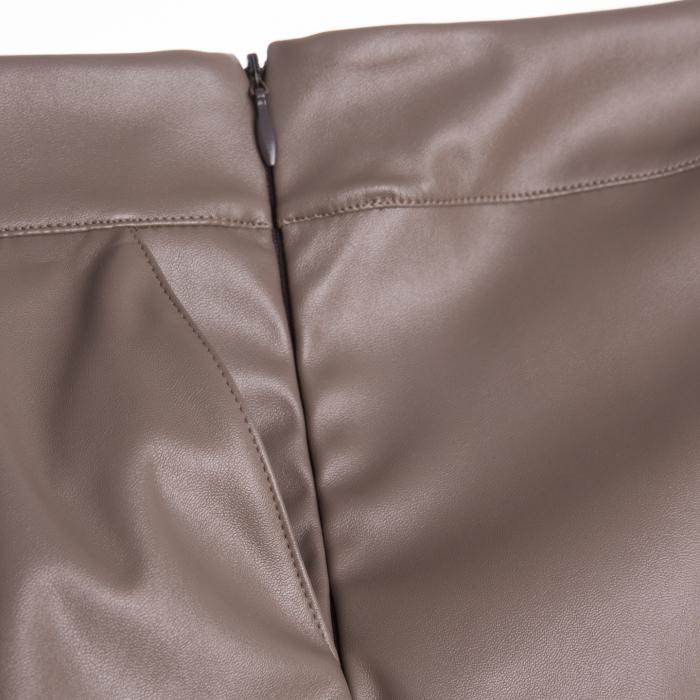 Fustă are un design modern cu buzunare laterale și pliuri in partea din față. Închiderea se face cu ajutorul unui fermoar lateral ascuns.  Pentru a modela un look deosebit, îți recomandăm să o combini cu bluze vaporoase în contraste de culoare. 2