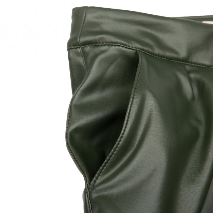Fustă are un design modern cu buzunare laterale și pliuri in partea din față. Închiderea se face cu ajutorul unui fermoar lateral ascuns.  Pentru a modela un look deosebit, îți recomandăm să o combini cu bluze vaporoase în contraste de culoare. [2]