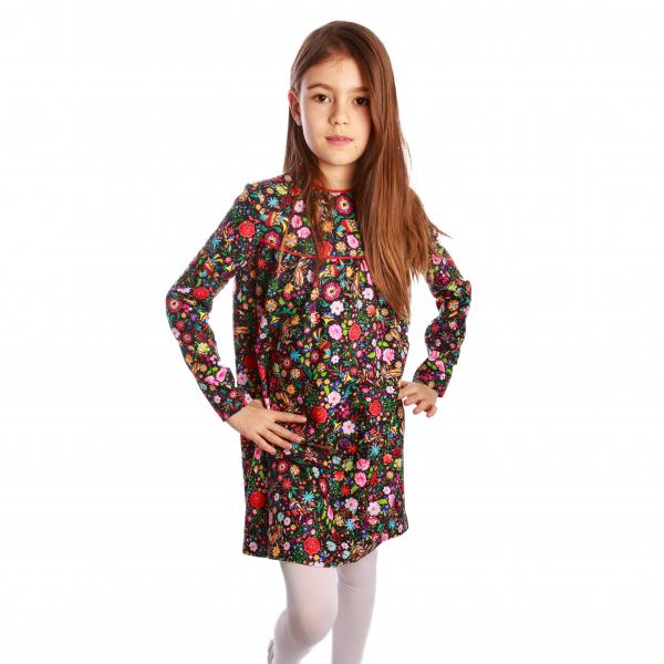 Rochiță veselă creată dintr-un material moale, foarte plăcut la purtat. Desenul reprezinta o combinatie de flori și păsări fantastice în stil tradițional rusesc, în culori vii, pe fundal negru. Croiala lejeră face rochița ușor de îmbrăcat chiar și atunci când joaca este în toi. 0