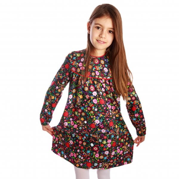 Rochiță veselă creată dintr-un material moale, foarte plăcut la purtat. Desenul reprezinta o combinatie de flori și păsări fantastice în stil tradițional rusesc, în culori vii, pe fundal negru. Croiala lejeră face rochița ușor de îmbrăcat chiar și atunci când joaca este în toi. 1