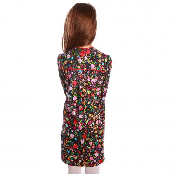 Rochiță veselă creată dintr-un material moale, foarte plăcut la purtat. Desenul reprezinta o combinatie de flori și păsări fantastice în stil tradițional rusesc, în culori vii, pe fundal negru. Croiala lejeră face rochița ușor de îmbrăcat chiar și atunci când joaca este în toi. 2
