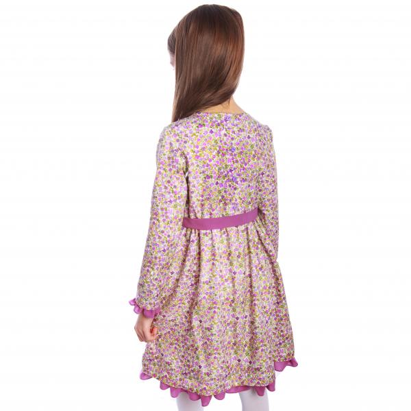 Rochiță veselă creată dintr-un material moale, foarte plăcut la purtat. Desenul reprezintă o combinație de flori roz fucsia și verzi imprimate cu efect de acuarelă pe fond bej. Rochița are volane la baza mânecii și la tiv. Se leagă în talie cu un cordon în culoarea volanelor. Închiderea se face în spate, până în talie, cu nasturi mici, plați, pentru a nu crea disconfort.  VISCÓZA este o fibră textilă obținută din celuloză de lemn de conifere, de stuf etc., elastică, rezistentă și cu luciu mătăsos. 1