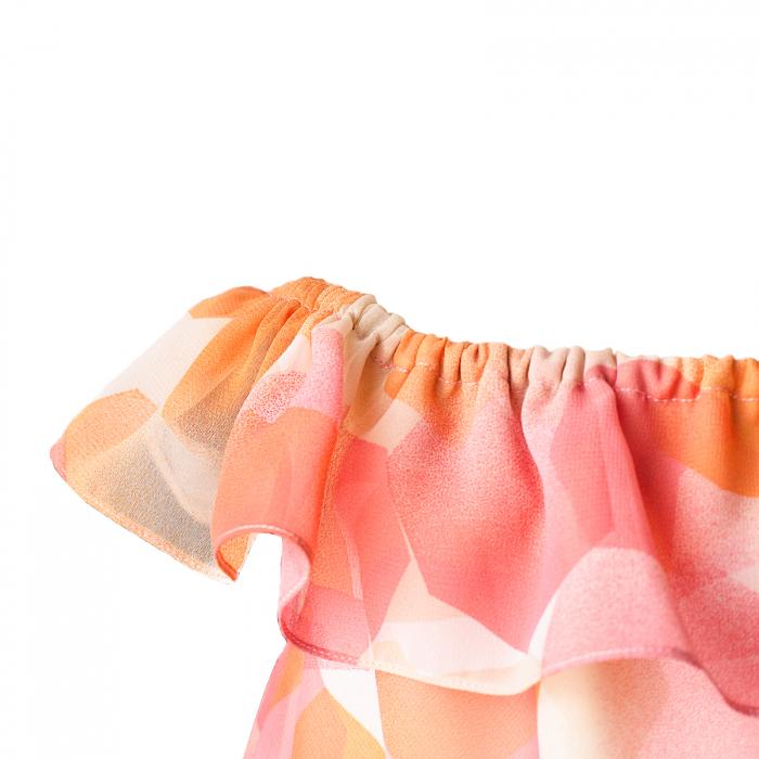 Rochiță veselă creată dintr-un material moale, foarte plăcut la purtat. Desenul reprezinta o combinatie de flori și păsări fantastice în stil tradițional rusesc, în culori vii, pe fundal alb. Croiul lejer face rochița ușor de îmbrăcat chiar și atunci când joaca este în toi.  VISCÓZA este o fibră textilă obținută din celuloză de lemn de conifere, de stuf etc., elastică, rezistentă și cu luciu mătăsos. 2