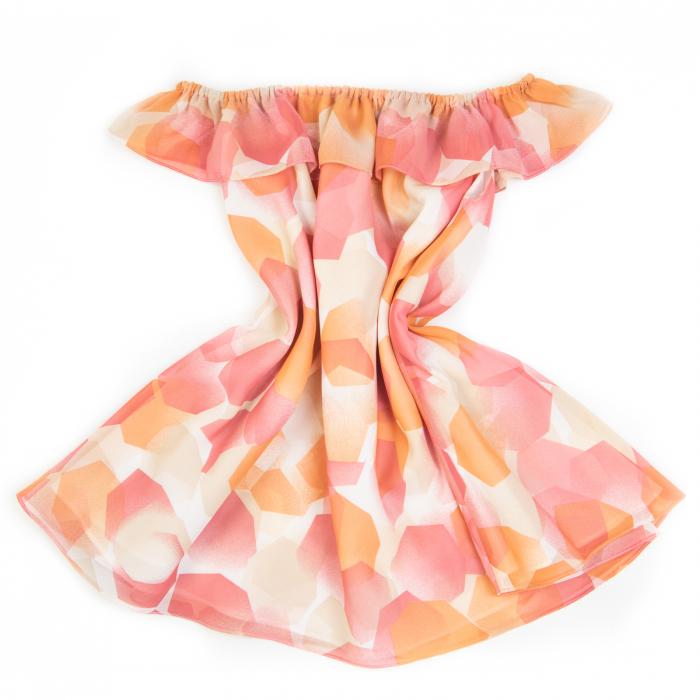 Rochiță veselă creată dintr-un material moale, foarte plăcut la purtat. Desenul reprezinta o combinatie de flori și păsări fantastice în stil tradițional rusesc, în culori vii, pe fundal alb. Croiul lejer face rochița ușor de îmbrăcat chiar și atunci când joaca este în toi.  VISCÓZA este o fibră textilă obținută din celuloză de lemn de conifere, de stuf etc., elastică, rezistentă și cu luciu mătăsos. 1