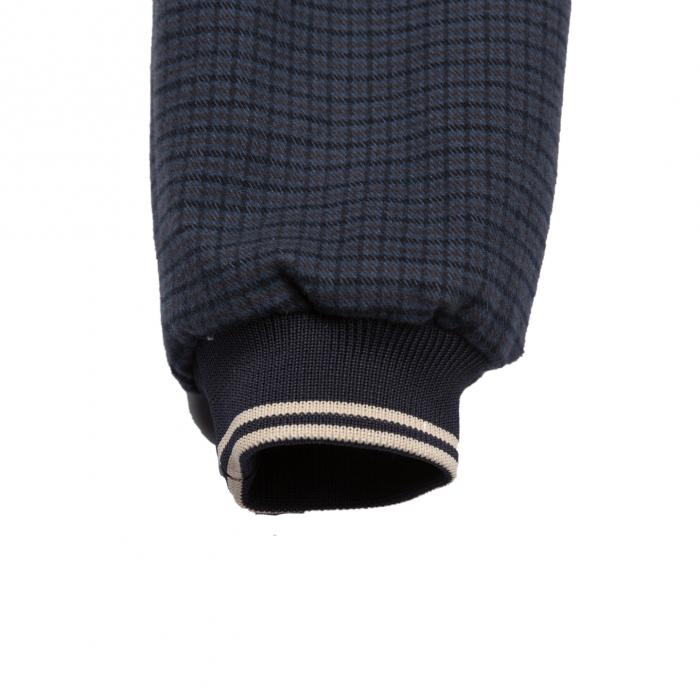 Geacă din stofă (bumbac 100%) pentru primăvară-toamnă căptușită cu material subțire de bumbac. Închiderea se face cu fermoar montat în diagonală. Geaca are buzunare laterale și glugă.  Ţesătura fină, plăcută la purtat și croiala modernă îl vor ajuta pe copilul dumneavoatră să se simtă excepțional cu orice ocazie. 4