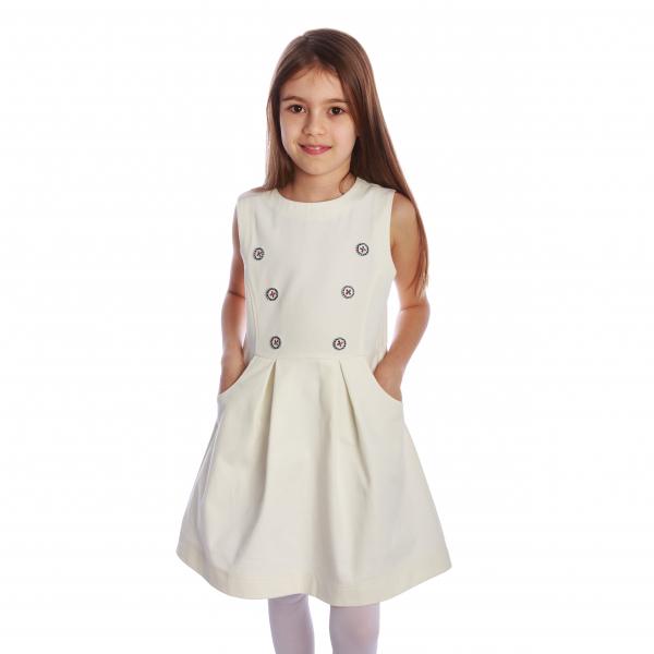 """Sarafan din bumbac 100%, cu nasturi decorativi aplicați în față. Închiderea se face cu fermoar aplicat pe spate.  Ador sarafanele!!! Când vremea e """"nici prea rece"""", dar """"nici prea caldă"""", sarafanul este ideal. Asortat cu o bluză sau o cămașă, putem sta liniștite că spatele copilului e protejat. [0]"""