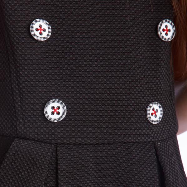 """Sarafan cu nasturi decorativi aplicați în față. Închiderea se face cu fermoar aplicat pe spate.  Ador sarafanele!!! Când vremea e """"nici prea rece"""", dar """"nici prea caldă"""", sarafanul este ideal. Asortat cu o bluză sau o cămașă, putem sta liniștite că spatele copilului e protejat. 2"""