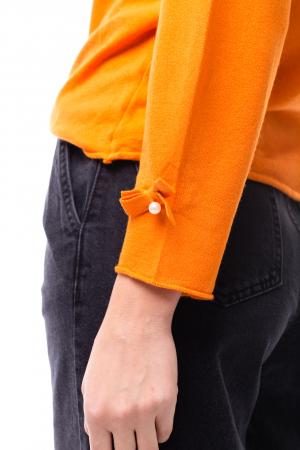 Bluză la baza gâtului cu elemente aplicate pe mâneci2
