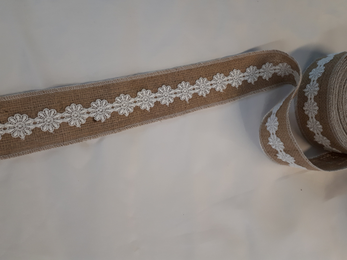 Banda decorativa din iuta cu dantela alba aplicata pe mijloc 2