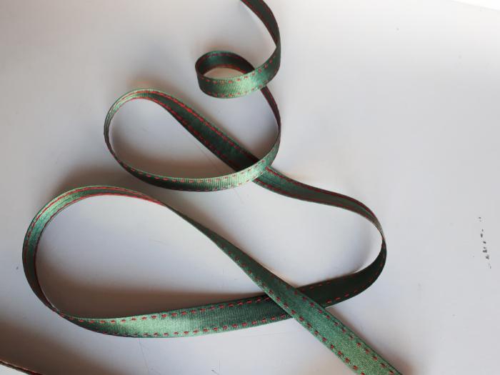 Banda verde cu cusatura decorativa manuala rosie, 14mm 2