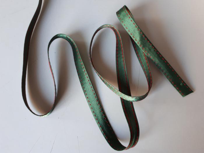 Banda verde cu cusatura decorativa manuala rosie, 14mm 1