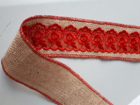 Banda decorativa din iuta cu dantela rosie aplicata pe mijloc1
