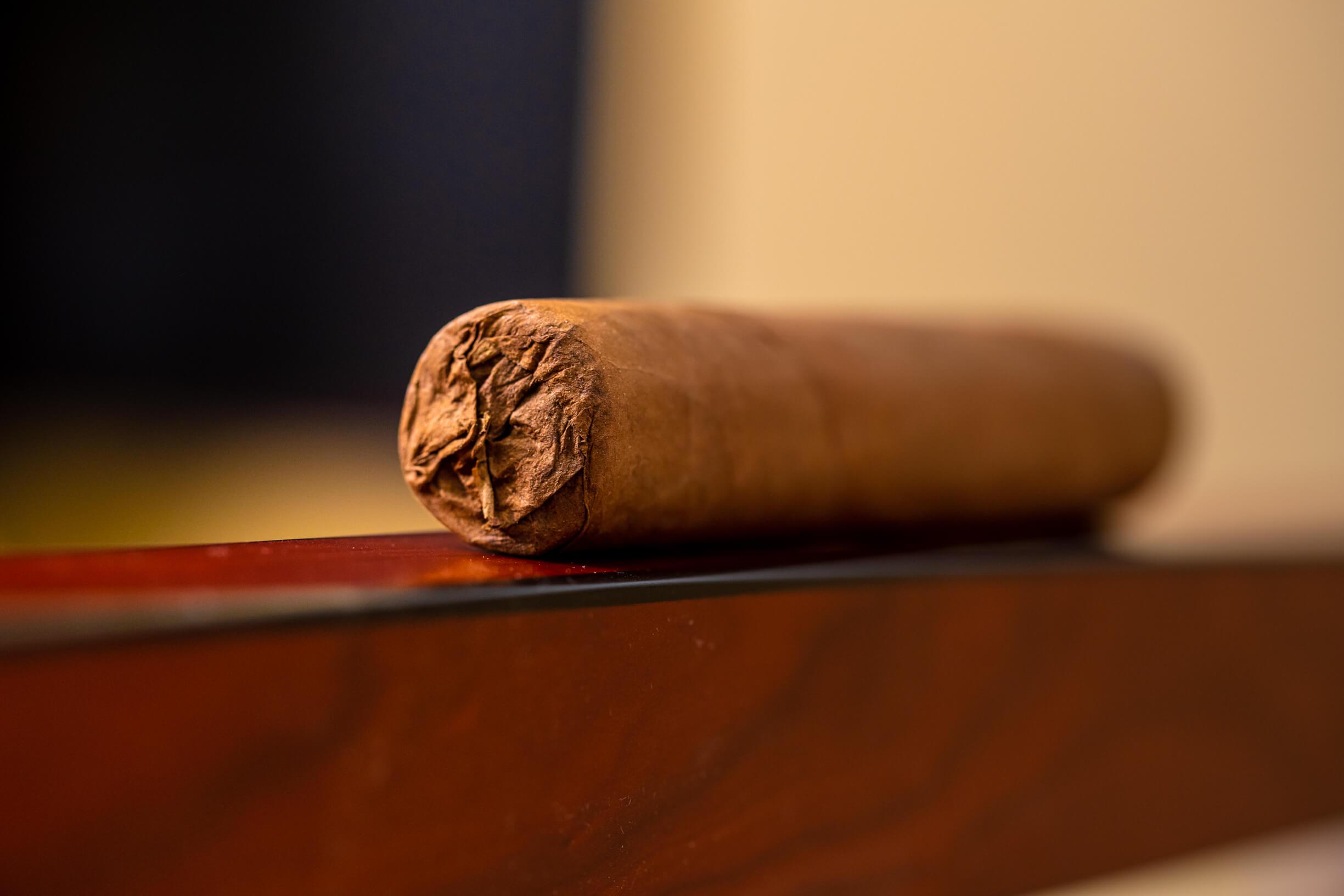 Cum se fumează un trabuc premium și rulat de mână?