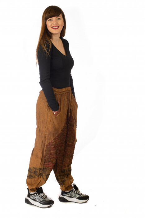 Pantaloni lejeri cu print si accente razor-cut - Maro 4