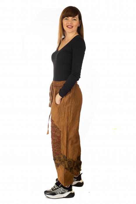 Pantaloni lejeri cu print si accente razor-cut - Maro 3