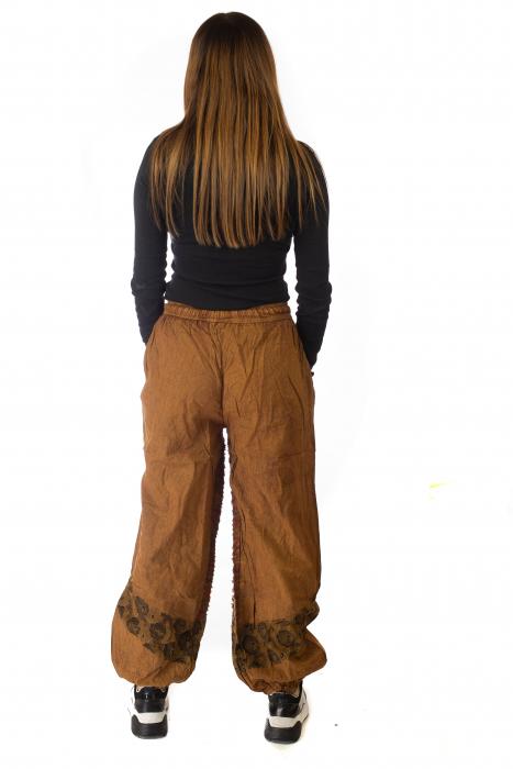 Pantaloni lejeri cu print si accente razor-cut - Maro 5