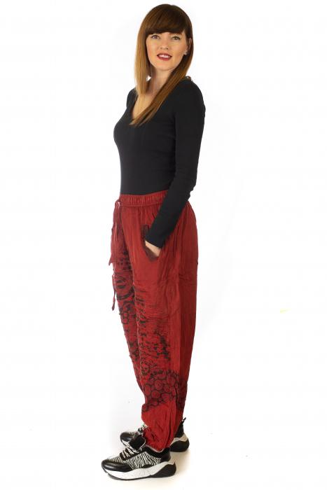 Pantaloni lejeri cu print si accente razor-cut - Rosu 3