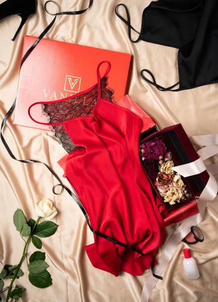 Cadou pentru ea - Rochita din satin si Flori - Ivone Red 1
