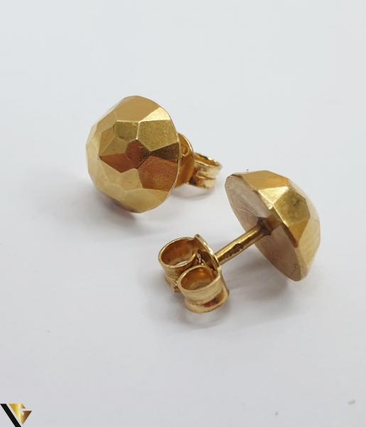 Cercei din aur  18k, 750 1.08 grame Lungimea cerceilor 8mm Latimea cerceilor 8mm Locatie HARLAU Marcaj cu titlul 750 1