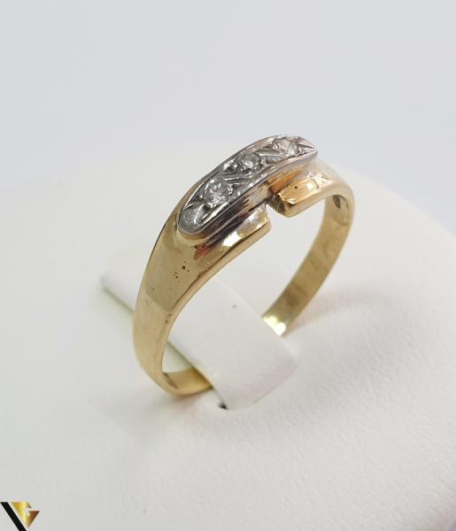 """Inel din aur 18k, 750 3.30 grame 3 de diamante mici, avand cca 0.025 ct fiecare Carataj total de cca. 0.075 ct Latime maxima  de 6 mm Diametrul inelului este de 18.5mm (masura standard RO: 58 si UE: 18) Marcaj cu titlul """"750"""" Locatie HARLAU 0"""