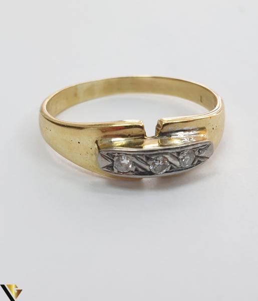 """Inel din aur 18k, 750 3.30 grame 3 de diamante mici, avand cca 0.025 ct fiecare Carataj total de cca. 0.075 ct Latime maxima  de 6 mm Diametrul inelului este de 18.5mm (masura standard RO: 58 si UE: 18) Marcaj cu titlul """"750"""" Locatie HARLAU 1"""