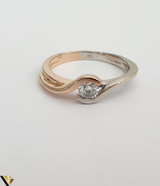 """Inel din aur 18k, 750 3.63 grame Diamant de cca 0.27ct Contrast realizat prin folosirea aurului al si roz Latime maxima  de 6 mm Diametrul inelului este de 17mm (masura standard RO: 54si UE: 16) Marcaj cu titlul """"750"""" Locatie HARLAU [2]"""