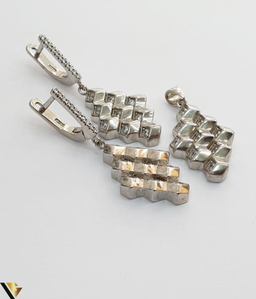"""Set format din cercei si pandant din argint 925 12.17 grame Cristale zirconiu Dimensiuni pandant: 40 mm / 15 mm Dimensiuni cercei: 40mm / 15 mm Produs NOU Marcaj cu titlul """"925"""" Locatie  HARLAU [1]"""