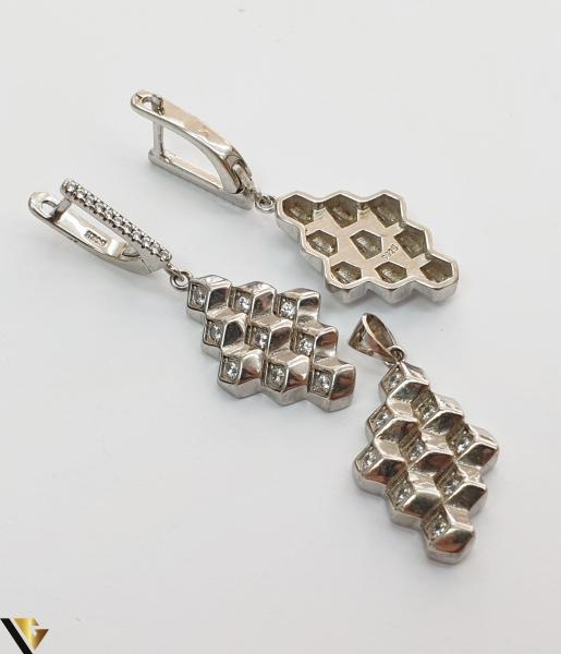 """Set format din cercei si pandant din argint 925 12.17 grame Cristale zirconiu Dimensiuni pandant: 40 mm / 15 mm Dimensiuni cercei: 40mm / 15 mm Produs NOU Marcaj cu titlul """"925"""" Locatie  HARLAU [2]"""