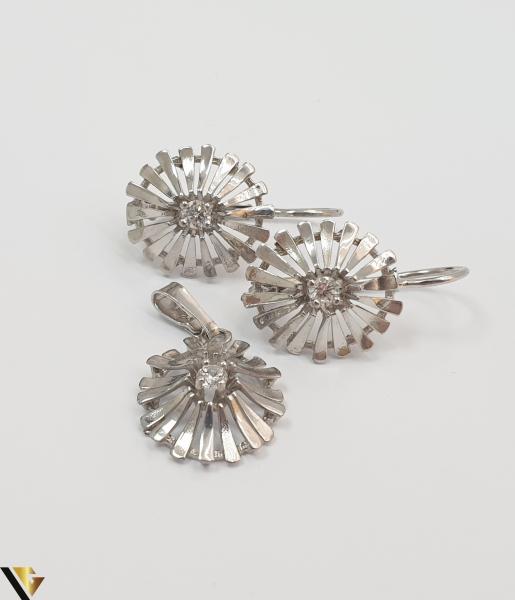"""Set format din cercei si pandant din argint 925 4.59 grame Cristale zirconiu Dimensiuni pandant: 25 mm / 13 mm Dimensiuni cercei: 24mm / 14 mm Produs NOU Marcaj cu titlul """"925"""" Locatie  PODU ILOAIEI [1]"""