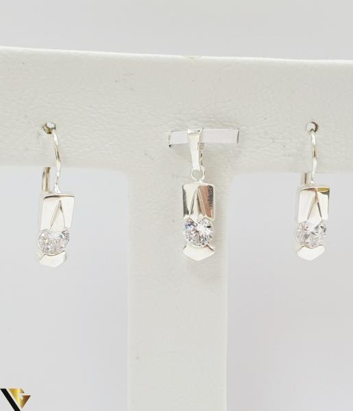 """Set format din cercei si pandant din argint 925 5.05 grame Dimensiuni pandant: 25 mm / 6 mm Dimensiuni cercei: 25mm / 6 mm Produs NOU Marcaj cu titlul """"925"""" Locatie  HARLAU 2"""