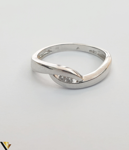 """Inel aur alb 14k, 585 2.47 grame 2 diamante circulare de cca. 0.02 ct montate central Diametrul inelului este de 18 mm Marcaj cu titlul """"585"""" Locatie HARLAU 27761 2"""