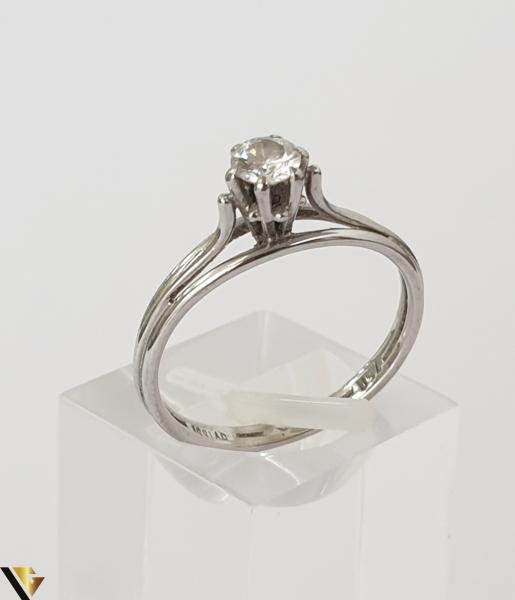 """Inel aur alb 18k,750 Diamant central """"Brilliant Cut"""" de cca. 0.30 ct,in montura suprainaltata Inaltimea inelului la partea superioara este de 5.90 mm Diametrul inelului este de 16.90 mm Locatie HARLAU 31692 0"""