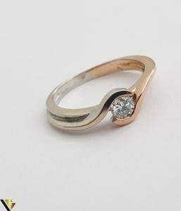 """Inel din aur 18k, 750 3.63 grame Diamant de cca 0.27ct Contrast realizat prin folosirea aurului al si roz Latime maxima  de 6 mm Diametrul inelului este de 17mm (masura standard RO: 54si UE: 16) Marcaj cu titlul """"750"""" Locatie HARLAU [1]"""