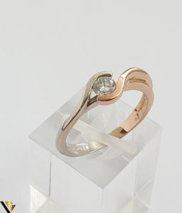 """Inel din aur 18k, 750 3.63 grame Diamant de cca 0.27ct Contrast realizat prin folosirea aurului al si roz Latime maxima  de 6 mm Diametrul inelului este de 17mm (masura standard RO: 54si UE: 16) Marcaj cu titlul """"750"""" Locatie HARLAU [3]"""