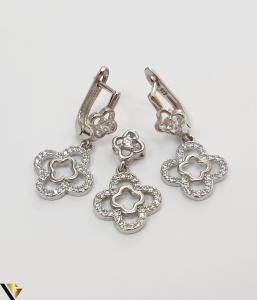 """Set format din cercei si pandant din argint 925 5.60 grame Cristale zirconiu Dimensiuni pandant: 23 mm / 13 mm Dimensiuni cercei: 28mm / 13 mm Produs NOU Marcaj cu titlul """"925"""" Locatie  HARLAU [1]"""