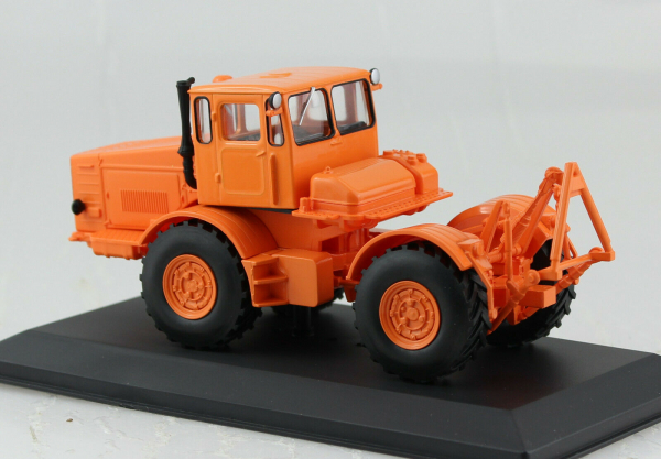 Macheta tractor Kirovets K-700, Rusia, scara 1:43 1