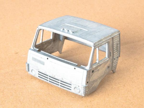 Kit macheta camion Kamaz-54112 cu semirmeorca siloz, scara 1:43 1