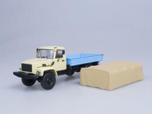 Macheta camion cu prelata GAZ 33081 4x4, scara 1:432