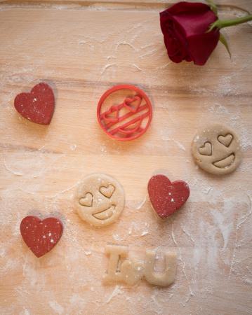 Valentine's day cookie cutter - Heart eyes emoji [1]