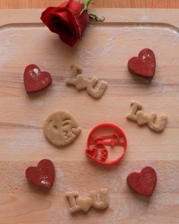 Valentine's day cookie cutter - Heart kiss emoji [1]