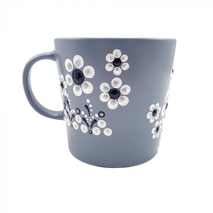 LORIS | Cana gri pentru cafea/ ceai, flori albe, pictata manual 0