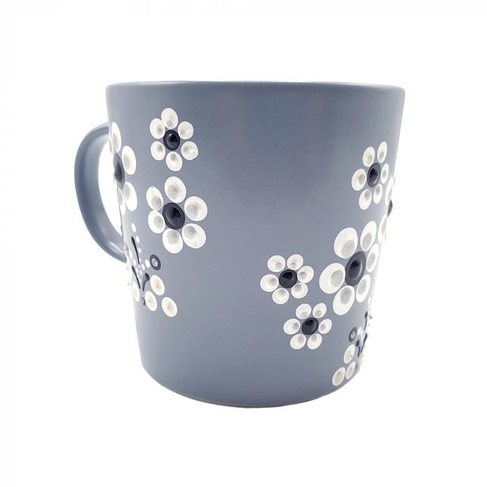 LORIS | Cana gri pentru cafea/ ceai, flori albe, pictata manual 1
