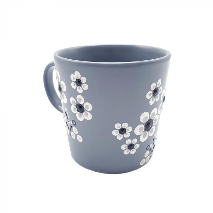 LORIS | Cana gri pentru cafea/ ceai, flori albe, pictata manual 4