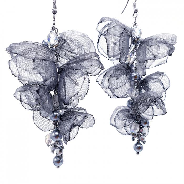 cercei-lungi-statement-flori-gri-argintii [3]