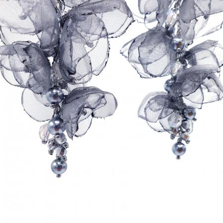 cercei-lungi-statement-flori-gri-argintii [1]