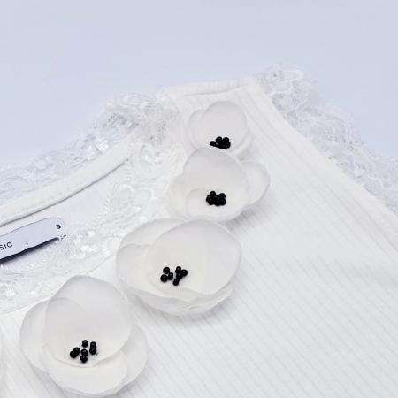 FLOWER LOVE | Top alb cu dantela, personalizat cu flori albe 3D3